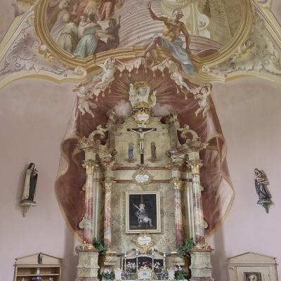 Scheinmalerische Gewölbe- und Wanddekoration mit Altarbaldachin und Glockenseilbub